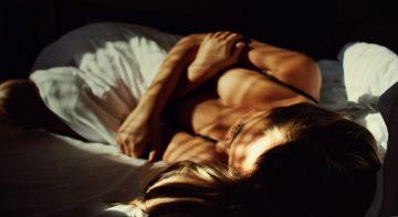 Kobiety w sypialni co podnieca kobiety w łóżku