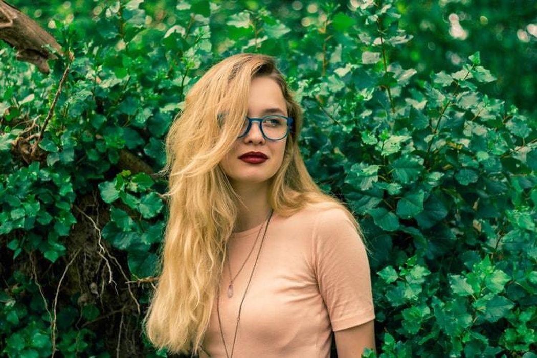 kobieta w lesie